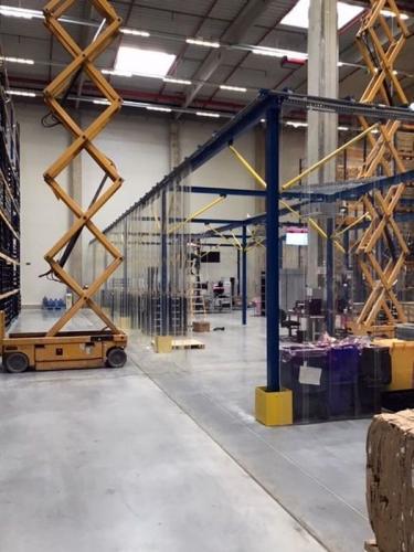 Antisztatikus, elhúzható PVC függöny, térelválasztó, raktárakba, ipari létesítményekbe.